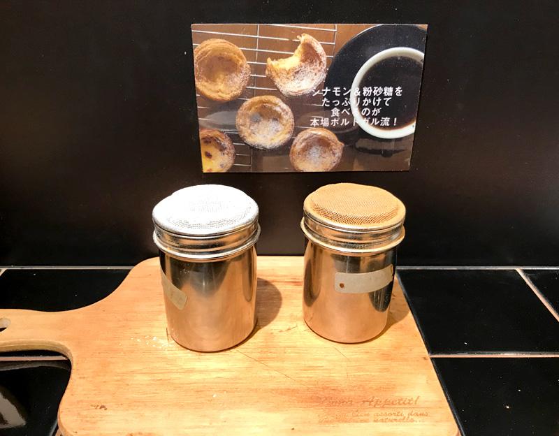 eggcellent(エッグセレント)タルト レジ横にはシナモンと粉砂糖が常備されている