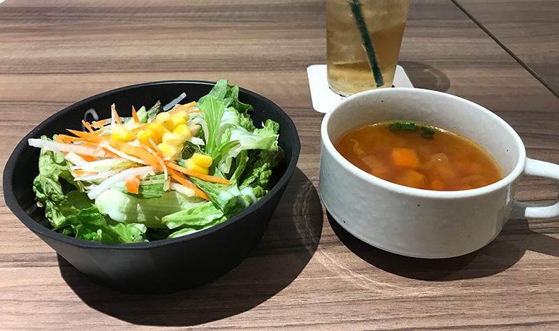 価格.com GG ShibuyaMobile esports cafe&bar ランチについてくるサラダとスープ写真
