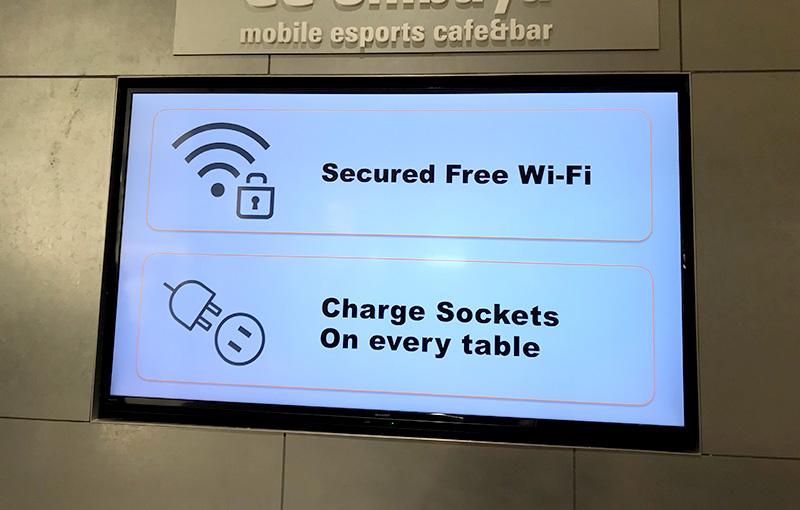 価格.com GG ShibuyaMobile esports cafe&barは電源とWi-Fiが完備されている