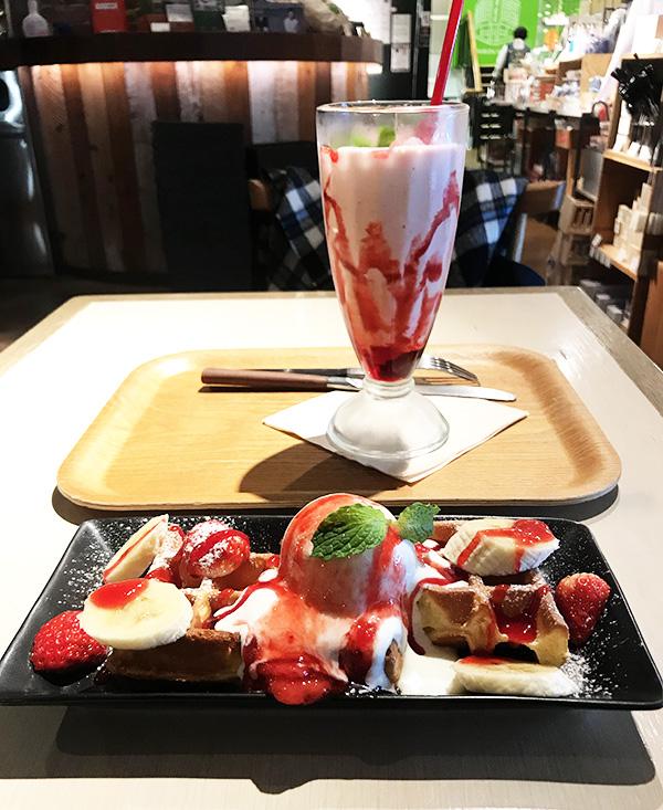 東急ハンズ渋谷店 期間限定「春の苺メニュー」苺とバナナのシェイクとワッフル