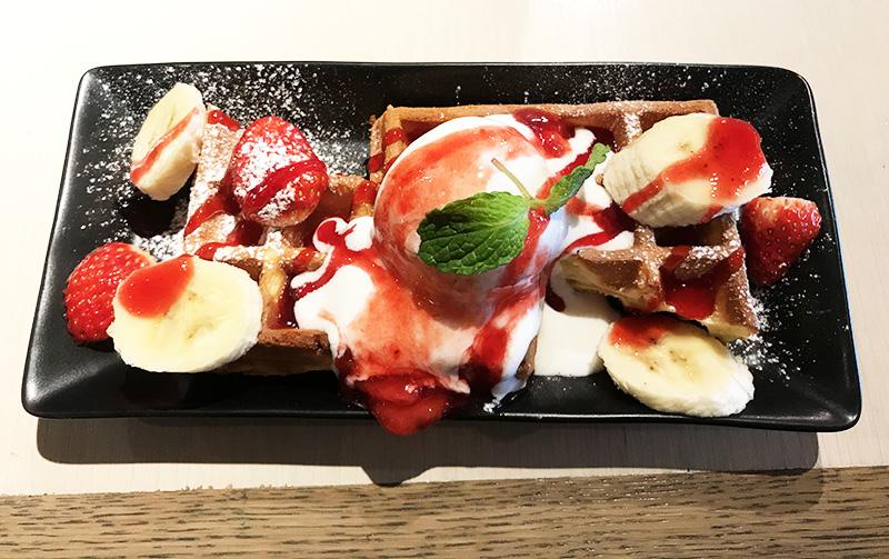東急ハンズ渋谷店 期間限定「春の苺メニュー」フレッシュ苺とバナナのワッフル